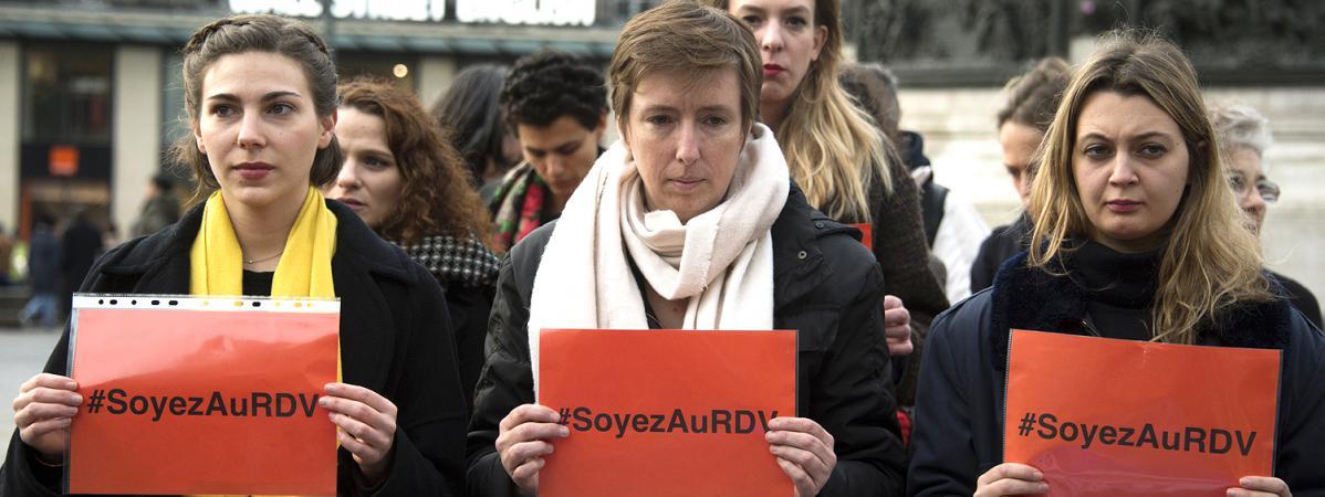 La activista feminista Caroline De Haas (centro) durante una acción contra la violencia contra las mujeres, el 24 de noviembre de 2017, en París.