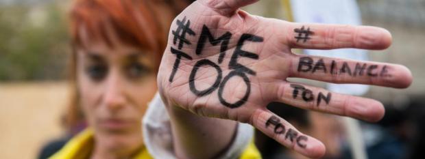 Une femme manifeste contre les violences sexuelles et les violences faites aux femmes à Paris, le 29 octobre 2017.