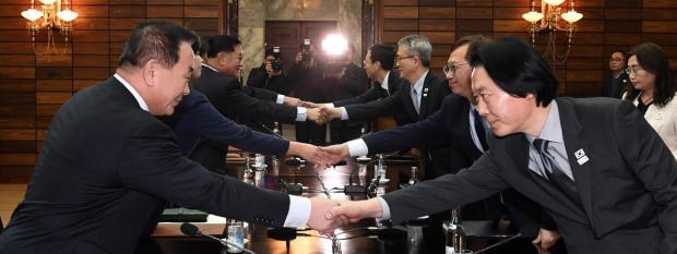 Des responsables nord et sud-coréens négocient la participation de la Corée du Nord aux Jeux olympiques d'hiver dePyeongchang, le 15 janvier 2018, dans le village dePanmunjom (Corée du Nord).