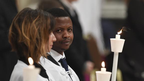 Le Nigérian John Ogah après son baptême par le pape François, le 31 mars 2018 au Vatican.