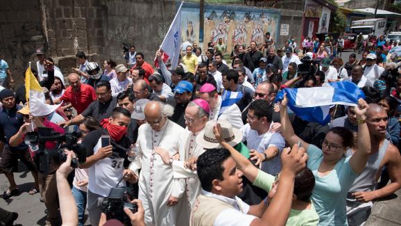 Le cardinal Leopoldo Brenes, l\'archevêqueWaldemar Stanislaw Sommertag et plusieurs prêtres se rendent à la basilique de Diriamba, avant d\'être pris pour cibles par des sympathisants du gouvernement masqués, lundi 9 juillet 2018.