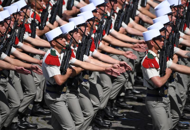 Des membres du 4e régiment de la Légion étrangère marchent, le 14 juillet 2017 sur les Champs Elysées.