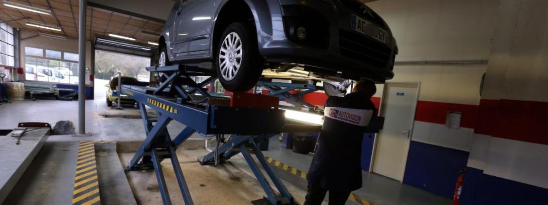 Un technicien réalise un contrôle technique sur un véhicule, le 7 novembre 2017, à Pont-de-Roide (Doubs).