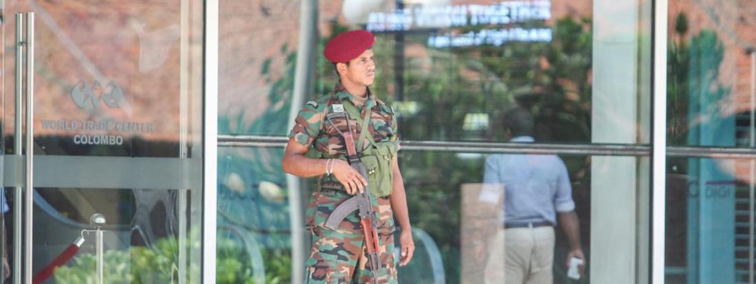 Un militaire devant l\'entrée d\'un immeuble à Colombo (Sri Lanka), le 22 avril 2019.