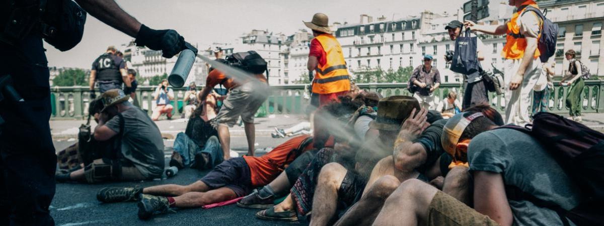 Des militants du collectifExtinction Rébellion évacués dupont de Sully, à Paris, le 28 juin 2019.