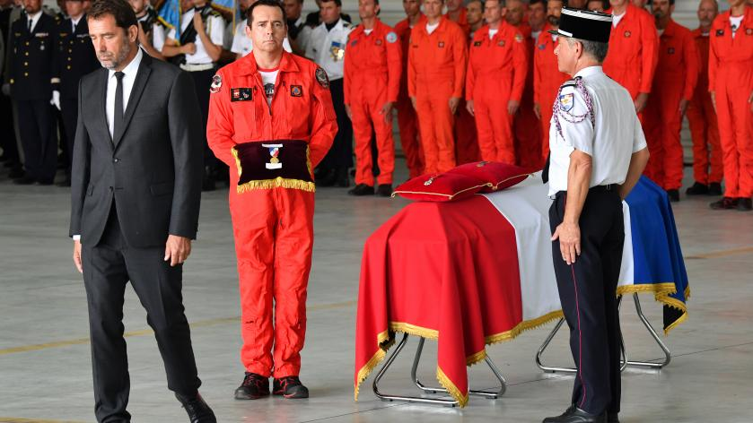 Christophe Castaner rend hommage le 6 août 2019 à Nîmes (Gard) à Franck Chesneau, le pilote décédé le 2 août 2019 à bord d\'un bombardier d\'eau.