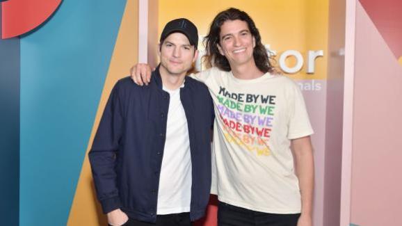 Ashton Kutcher à gauche et Adam Neumann à la deuxième finale mondiale des WeWork Creators Awards à Los Angeles le 9 janvier 2019.