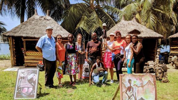 Los visitantes de Train & Travel en Costa de Marfil participan en actividades en el pueblo