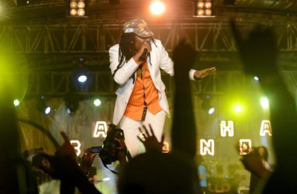 La star ivoirienne de reggae Alpha Blondy en concert au Palais de la Culture d\'Abidjan, le 8 mars 2014