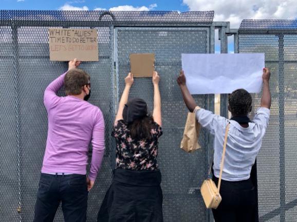 Des barrières anti-émeutes bloquent tous les accès à l\'ambassade américainelors de la manifestation place de la Concorde à Paris en hommage à George Floydetcontre le racisme et les violences policières, le 6 juin 2020.