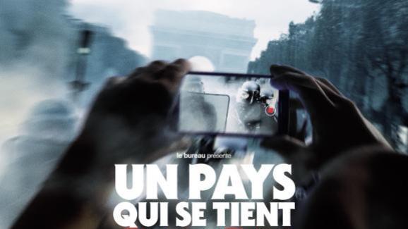 """L\'affiche française d\'\""""Un pays qui se tient sage\"""", documentaire de David Dufresne."""