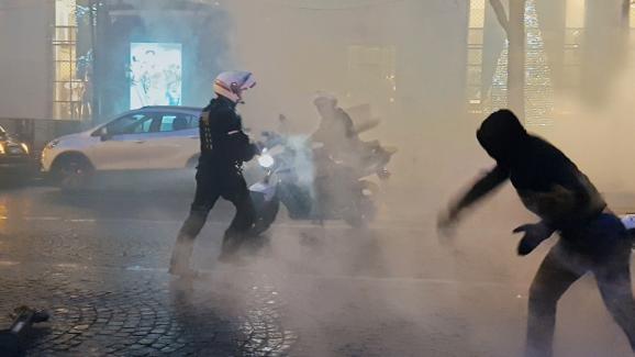 """Un motard de la police sur les Champs-Elysées durant une manifestation des gilets jaunes. Image extraite de \""""Un pays qui se tient sage\"""" de David Dufresne."""