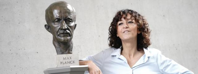 La chercheuse française Emmanuelle Charpentierpose après avoirremporté le prix Nobel de chimie en compagnie de l\'Américaine Jennifer Doudna, le 7 octobre 2020.