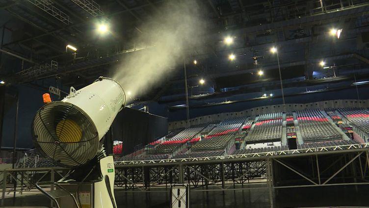 Un pulvérisateur de solution désinfectante est utilisé pour désinfecter la salle du Dôme à Marseille dans le cadre du protocole anti-Covid-19. (France 3)
