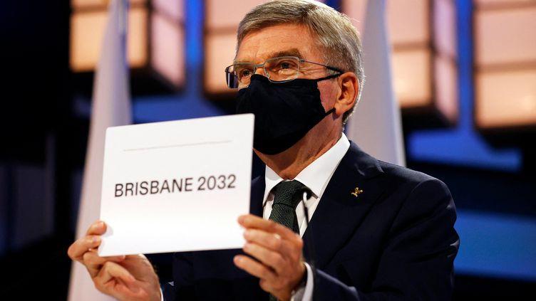 Sans suspense, Thomas Bach, président du CIO, a dévoilé, à Tokyo, le nom de la ville qui organisera les Jeux olympiques d'été en 2032, le 21 juillet 2021 : Brisbane était seule candidate. (TORU HANAI / AFP)