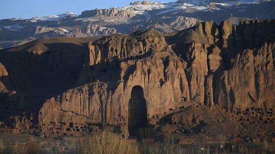 En 2001, les talibans ont détruit les Bouddhas de Bâmiyân, de gigantesques statues religieuses enserrées dans les montagnes, en Afghanistan. Vingt ans plus tard, des trous béants occupent toujours leurs anciens emplacements. (WAKIL KOHSAR / AFP)