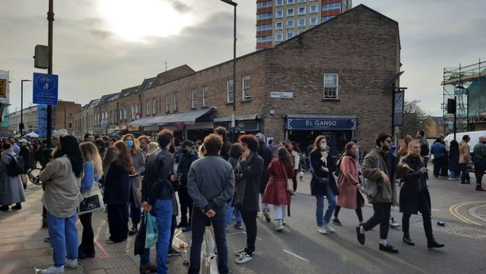 The confinement does not prevent Londoners from leaving their homes, here in the east of the capital, in February 2021. (RICHARD PLACE / RADIO FRANCE)