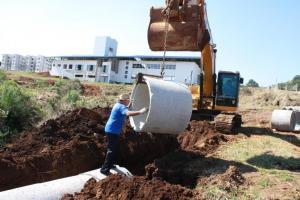 Funcionários da Prefeitura trabalham na canalização de um pequeno córrego que cruza o novo setor agropecuário do parque; obras estarão prontas até a Expobel