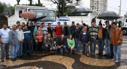 Funcionários da Secretaria de Desenvolvimento Rural receberam com alegria os novos caminhões