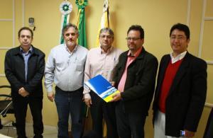 O PPA foi entregue pelo vice prefeito e secretário de Planejamento, Eduardo Scirea, e o secretário de Finanças, Luiz Geremia, à Comissão de Finanças e Orçamento da Câmara, formada pelos vereadores Alfonso, Dile e Brizola