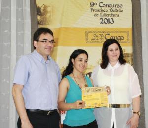 Prefeito Cantelmo Neto e a primeira dama Rose Guarda entregam o certificado a segunda colocada no gênero poesia, Queli Jovilda Frank