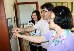 Em visita à irmã Inês, Neto e Rose observam foto da Congregação das Irmãs Escolares de Nossa Senhora, da qual irmã Álix fazia parte