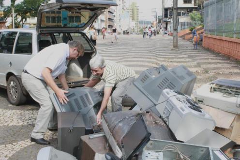 Jacir Alceu trouxe uma tevê que estava há três meses estragada; campanha da semana passada arrecadou 12 toneladas de lixo