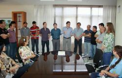 No gabinete, vereadores, servidores e secretários acompanham a fala do prefeito neto durante a sanção do Plano de Carreira dos servidores