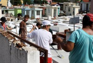 Equipe do Mutirão Solidário trabalhou na limpeza dos túmulos e jazigos