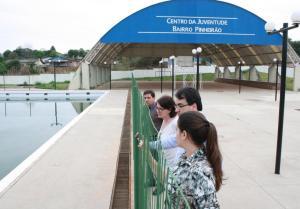 Anildo Krug, Ana Manfrói, Cantelmo Neto e Gabriela Scopel observam o espaço externo do Centro da Juventude, em visita feita no mês de outubro