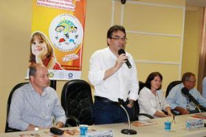 Prefeito Cantelmo Neto fala durante o lançamento da campanha, ladeado por Mirandir Bonissoni, do Sincobel, e Ana Lucia Manfrói e Luiz Graczik, da Secretaria de Assistência Social