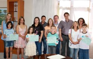 Prefeito Cantelmo Neto e secretário Viro de Graauw com os alunos vencedores e professores