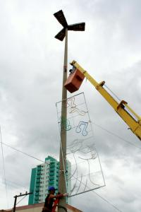 Equipe iniciou no final de semana a instalação das estruturas que decorarão a avenida Julio Assis; os parques, a torre e a praça também receberão enfeites