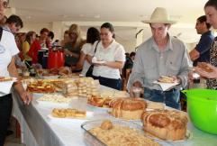 Agricultores e educadores participaram de um café colonial com os mesmos produtos fornecidos às escolas