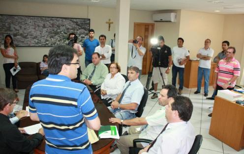Ato de entrega reuniu, além dos vereadores, parte dos secretários e imprensa no gabinete da prefeitura