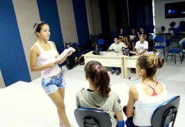 Na oficina de teatro, alunos interpretam Romeu e Julieta, de William Shakespeare