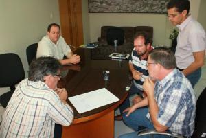 Scirea, Roberson, Viro, Assis e Cambui observam a planta de uma das escolas do governo federal viabilizadas com a colaboração do deputado