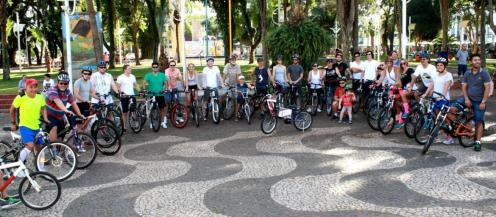 Parte dos ciclistas se reuniu no calçadão, onde teve o sorteio de uma bicicleta