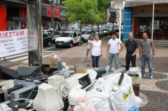Joice Barivieira, Henrique Amaral, Saudi Mensor e Cesar Vetorello em frente a um dos lotes de equipamentos recolhidos durante a campanha