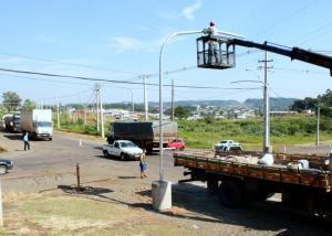 O semáforo no cruzamento da rua Marília com a PR 180 começou ser instalado esta semana