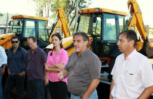 Prefeito em exercício, Eduardo Scirea, durante a entrega dos equipamentos: renovação da frota está sendo uma das prioridades do governo municipal