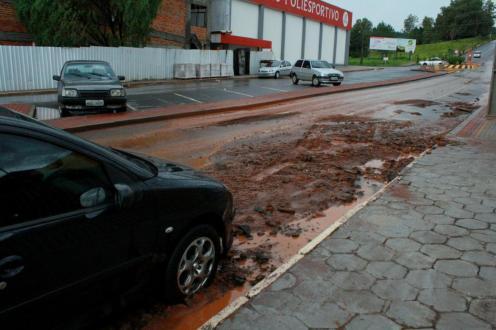 Chuva forte assoreou loteamentos do prolongamento da avenida Julio Assis e levou terra e pedras para a parte baixa do bairro Industrial