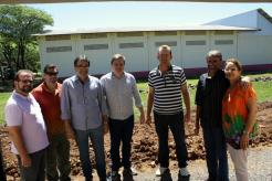 Viro de Graauw, Edio Vescovi, prefeito Neto, Fernando Steinbach, Aquelino Junkes, Pedro Schmitz e Lurdes Pazzini em frente ao terreno em que será construída a quadra poliesportiva