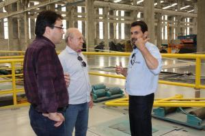 O empresário Elisandro Carles, da Alcast, recebeu a visita do prefeito Cantelmo Neto e do deputado Ademar Traiano; a indústria está sendo ampliada com incentivos da Prefeitura e Estado e gerará novos empregos