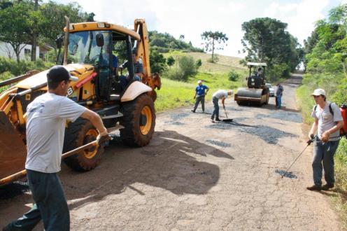 Dez trabalhadores atuam na força tarefa de manutenção da estrada