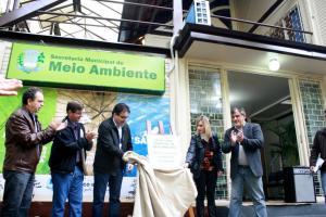 Alfonso Bruzamarello, Paulo Grohs, prefeito Cantelmo Neto, secretária Joice Barivieira e Eduardo Scirea no descerramento da placa de inauguração do novo espaço da Sceretaria de Meio Ambiente