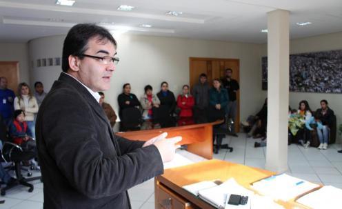 Prefeito Cantelmo Neto recebeu os moradores no gabinete e explicou que solução agora depende de definição da Caixa Econômica