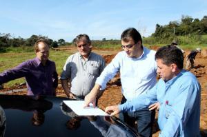 Saudi Mensor, Eduardo Scirea, prefeito Cantelmo Neto e Lauri Machado observam no mapa os terrenos institucionais do loteamento Cohabttran II, que será liberado nos próximos dias