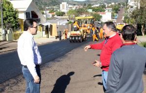 Prefeito Cantelmo Neto, Abel Vito e José Carlos Vieira acompanharam parte dos trabalhos de recapeamento realizado em quatro trechos de ruas da cidade