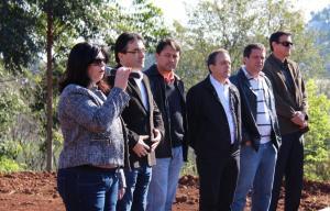 Rose Guarda, prefeito Cantelmo Neto, Aires Tomazoni, Alfonso Bruzamarello e Sergio Turmina durante cerimônia de assinatura da ordem de serviço no São Cristóvão